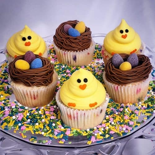 Cupcakes that look like chicks and cupcakes that look like nest with chocolate eggs