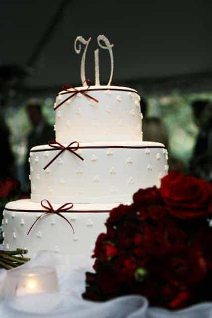 Three Dot Wedding Cake with Precious Ribbon and Bow with Red Roses
